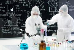 Cientistas que manipulam ferramentas do laboratório Foto de Stock Royalty Free