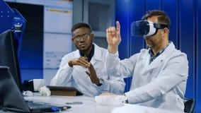 Cientistas que trabalham com impressão 3d e VR Imagem de Stock Royalty Free
