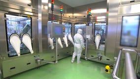 Cientistas que trabalham na indústria farmacêutica em um quarto desinfetado video estoque