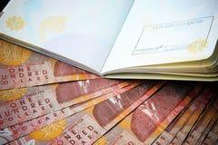 Cientos billetes de banco del dinero del efectivo de Nueva Zelanda en la tabla con c roja Fotos de archivo libres de regalías