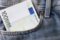 Cientos billetes de banco del euro en bolsillo de los pantalones vaqueros. Imagen de archivo