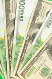 Cientos billetes de banco euro y del dólar Imagenes de archivo