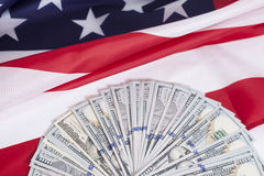 Cientos billetes de dólar con la bandera americana Fotografía de archivo