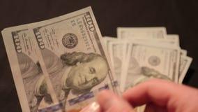 Cientos billetes de dólar consideran