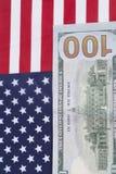 Cientos billetes de dólar en bandera americana Imagen de archivo libre de regalías