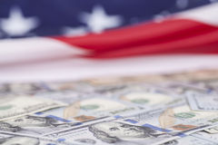Cientos billetes de dólar en bandera americana Foto de archivo