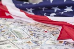 Cientos billetes de dólar en bandera americana Imágenes de archivo libres de regalías