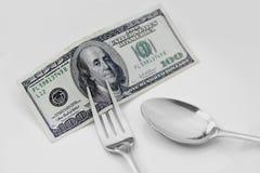 Cientos billetes de dólar en la placa que se comerá Imagen de archivo libre de regalías