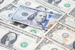 Cientos billetes de dólar en pila de billetes de banco de un dólar imagenes de archivo