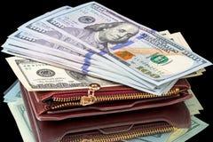 Cientos billetes de dólar en un monedero de cuero fotos de archivo libres de regalías