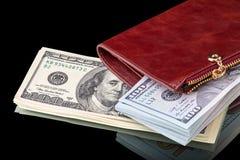Cientos billetes de dólar en un monedero de cuero imagen de archivo libre de regalías