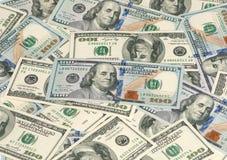 Cientos billetes de dólar en una pila Fotos de archivo libres de regalías