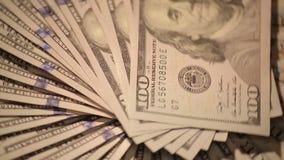 Cientos billetes de dólar que hacen girar 1