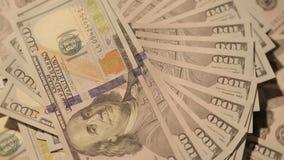 Cientos billetes de dólar que hacen girar 5