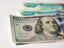 Cientos billetes de dólar y rublos rusas Imagen de archivo libre de regalías