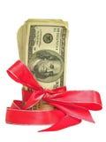 Cientos cuentas de dólar atadas en una cinta roja Imagen de archivo