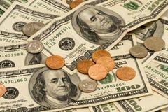 Cientos cuentas y cambio de dólar Imagen de archivo libre de regalías