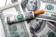 Cientos cuentas y cigarrillo de dólar Imágenes de archivo libres de regalías