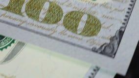 Cientos dígitos del dólar encendido almacen de metraje de vídeo