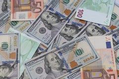 Cientos dólares americanos de billetes de banco, billetes de banco de 100 y 50 euros, fondo del dinero imagenes de archivo