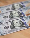 Cientos dólares - billetes de 100 dólares Foto de archivo