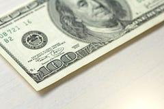 Cientos dólares con una nota 100 dólares Fotografía de archivo