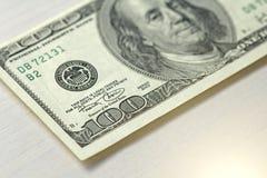 Cientos dólares con una nota 100 dólares Imagenes de archivo