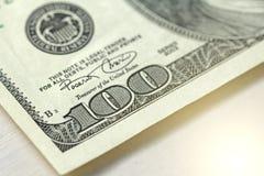 Cientos dólares con una nota 100 dólares Foto de archivo