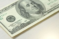 Cientos dólares con una nota 100 dólares Foto de archivo libre de regalías