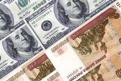 100 cientos dólares de аnd 100 cientos rublos Imagenes de archivo