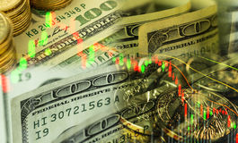 Cientos dólares de billete de banco con el gráfico del mercado de acción Fotos de archivo libres de regalías