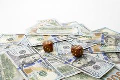 Cientos dólares de billetes de banco y dados Concepto de suerte imagen de archivo libre de regalías