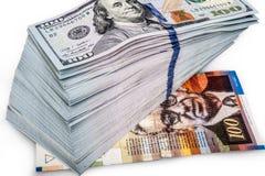 Cientos dólares de billetes de banco con cientos shekels Imagenes de archivo