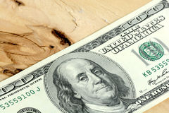 Cientos dólares de billetes de banco en de madera Imagen de archivo libre de regalías