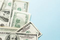 Cientos dólares de cuenta en fondo azul claro fotos de archivo libres de regalías