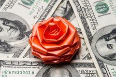 Cientos dólares de EE. UU. de cuentas con el arco de los días de fiesta Foto de archivo