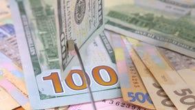 Cientos dólares Detección de dinero falsificado con la ayuda de un imán almacen de video