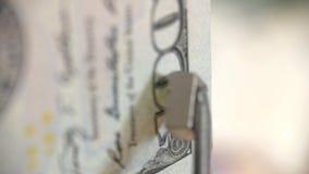 Cientos dólares Detección de dinero falsificado con la ayuda de un imán metrajes