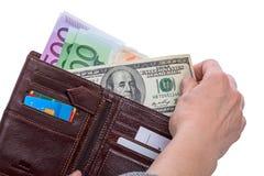Cientos dólares y carteras con los billetes de banco euro imágenes de archivo libres de regalías