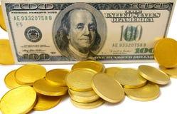 Cientos dólares y oros Imagen de archivo libre de regalías