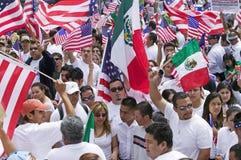 Cientos de miles de inmigrantes participan en marzo para los inmigrantes y los mexicanos que protestan contra reforma de inmigrac Foto de archivo