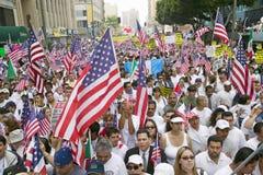 Cientos de miles de inmigrantes participan en marzo para los inmigrantes y los mexicanos que protestan contra reforma de inmigrac Foto de archivo libre de regalías