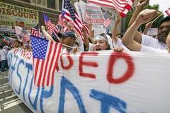Cientos de miles de inmigrantes participan en marzo para los inmigrantes y los mexicanos que protestan contra reforma de inmigrac Imágenes de archivo libres de regalías