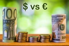 Cientos euros y cientos billetes de banco rodados dólar de EE. UU. de las cuentas imágenes de archivo libres de regalías