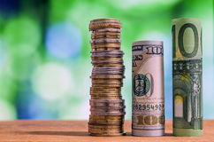 Cientos euros y cientos billetes de banco rodados dólar de EE. UU. de las cuentas Imagen de archivo