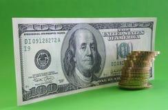 Cientos notas del dólar con las monedas fotos de archivo