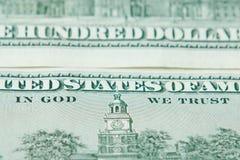 Cientos riquezas americanas de la denominación de Estados Unidos del dinero de los billetes de dólar en dios nosotros confianza imagenes de archivo