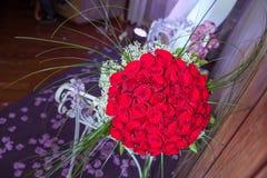 Cientos rosas rojas en un fondo púrpura Un ramo de ramo de las flores de cientos rosas rojas Ramo grande de ciento grande Foto de archivo