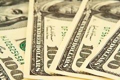 Cientos semicírculos de mentira de los billetes de banco del dólar Foto de archivo
