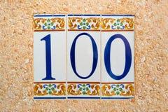 (cientos) tejas 100 numeradas Imagenes de archivo